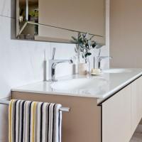 High-gloss plaster-coloured bathroom units
