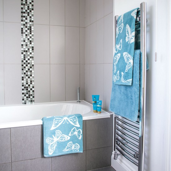 Grey tiled bathroom with mosaic details and aqua blue for Gray and turquoise bathroom