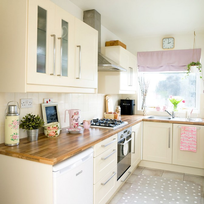 Pastel touches and light colours for small kitchens