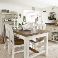 Laid-back country kitchen with freestanding units