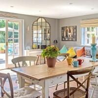 Shabby chic open-plan dining area