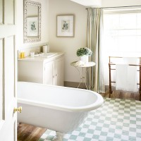 Traditional bathroom with chequerboard rug