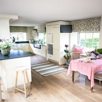 Traditional cream kitchen with patterned blinds