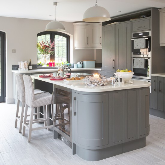 Traditional grey kitchen with shaker style units for Shaker style kitchen grey